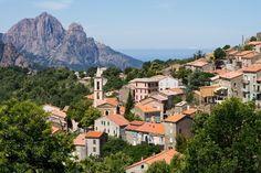 """Evisa, l'étape des randonneurs. Au-dessus de Porto, à 850 mètres d'altitude, Evisa, """"capitale de la châtaigne"""", est un petit village de montagne, point de départ ou d'arrivée de nombreuses randonnées, notamment vers le lac de Nino et les gorges de Spelunca..."""