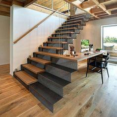 E quando a escada vira bancada de trabalho? Adorei a ideia, que pode ser executada de diversas formas. Na foto, uma solução bem arrojada,…