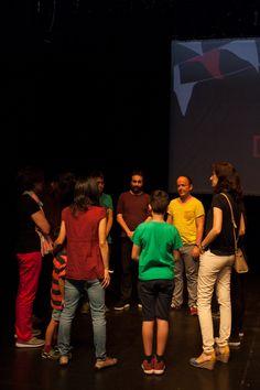 Los clientes, emprendedores y empleados de Triodos Bank que eligieron el Teatro del Barrio para pasar el día de la Fiesta de la banca con valores se dejaron llevar por la magia del teatro gracias a un taller organizado por los promotores del lugar.