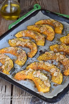 Baked pumpkin with mixed seeds and almonds, a delicious dish, easy to prepare, healthy and light, in Picnic Finger Foods, Eat Pretty, Good Food, Yummy Food, Best Dinner Recipes, Baked Pumpkin, Food Design, Tasty Dishes, Street Food