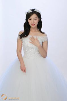 Kim Ji Won becomes a young bride in behind-the-scenes cuts for jewelry brand 'Mollis' Beautiful Girl Image, Beautiful Bride, Korean Actresses, Actors & Actresses, Seo Dae Young, Kim Na Hee, Kim Ji Won, Becoming A Model, Korean Celebrities