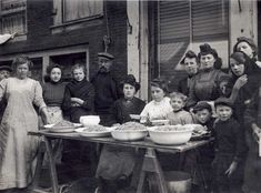 Garnalenpelsters en -verkoopsters op straat in de Amsterdamse Jordaan, Nederland, circa 1912.