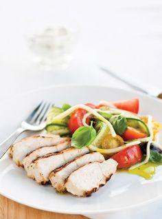 Tzatziki Chicken with greek salad Turkey Recipes, Chicken Recipes, Tzatziki Chicken, New Pressure Cooker, Warm Potato Salads, Tzatziki Recipes, Confort Food, Ricardo Recipe, Healthy Living Recipes