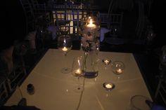 Centro de mesa con velas #fiestatematica #velas #luces #bodas #vxaños #ideasboda #ideasXV