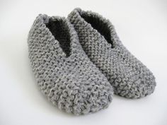 These slippers are thick and warm. This project is so fast and easy-to-do using two yarn strands. I knitted a pair of comfortable slippers with rustic wool yarn for great durability and warmth… Easy Knitting, Loom Knitting, Knitting Stitches, Knitting Socks, Knitting Patterns Free, Gestrickte Booties, Knitted Booties, Knitted Slippers, Baby Booties