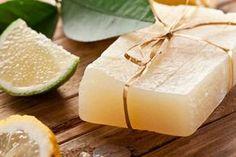 Hai mai provato il sapone fatto in casa? E' semplicissimo da realizzare e puoi personalizzarlo in base all'aroma e alle proprietà che vuoi dargli