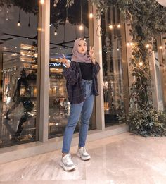 v neck outfit Modest Fashion Hijab, Modern Hijab Fashion, Street Hijab Fashion, Casual Hijab Outfit, Hijab Fashion Inspiration, Muslim Fashion, Mode Inspiration, Modest Outfits, Casual Outfits