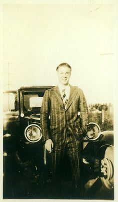 35 Cool Snaps of Men Posing With Their Cars in the 1930s