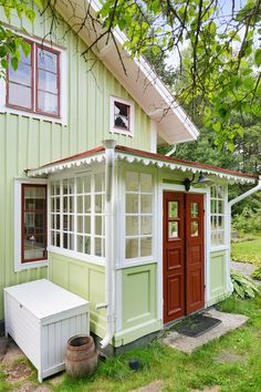 A cheerful house and garden. It's not all about the show out front. Don't forget to make the most of your side and back yards! Swedish Cottage, Swedish House, Cottage Style, Glass Porch, Tiny House, Forest House, Cabins And Cottages, Scandinavian Home, Glass House