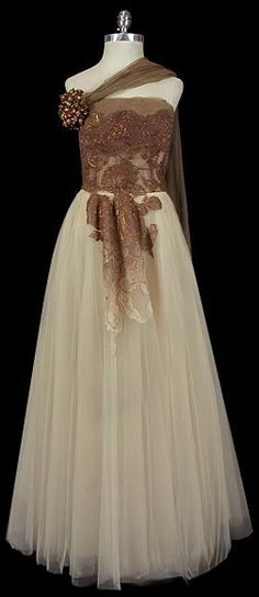 I dont understand the brig brown lace thing in the middle of the skirt, but a beautiful dress nonetheless [Elizabeth Arden, Look Retro, Look Vintage, Vintage Glam, Vintage Beauty, Vintage Bohemian, Moda Fashion, 50 Fashion, Fashion History, Retro Fashion