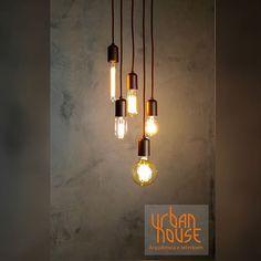 ✨Detalhe do living dos nossos clientes: pendentes com lâmpada de filamento de carbono + parede em cimento queimado.  #arquitetura #architecture #design #pendente #decor #designdeinteriores #filamentodecarbono #light #iluminação #cimentoqueimado