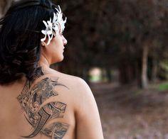 Grosso tattoo tribale su scapola e schiena