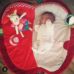 On craque complètement pour cette photo d'@a.delyn  Tapis d'éveil Juliette et jouet d'assemblage Louise la licorne #lilliputiens dispo chez #berceaumagique