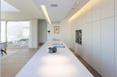eva : mooie, simpele keuken. misschien wat weinig bewegingsruimte? Ik denk dat ik toch liever een 'leefkeuken' zie