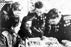 'Las Brujas de la Noche' (de izquierda a derecha): Ekaterina Riabova, Raisa Yushina, Mira Parómova, Nadia Popova y Marina Chechneva durante un descanso entre los combates. Fuente: ITAR-TASS