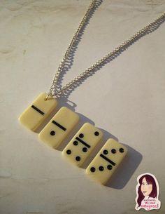 Collares, fichas de domino, reciclando.