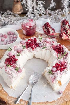 Holiday Cranberry and Pomegranate Pavlova. The crunchy outer layer of this holiday cranberry and pomegranate pavlova with melt-in-your-mouth marshmallowy meringue inside topped with heavenly marbled mascarpone cream and berries Christmas Cooking, Christmas Desserts, Christmas Treats, Christmas Pavlova, Christmas Foods, Thanksgiving Desserts, Christmas Cranberry Cake, Christmas Pies, Thanksgiving Sides