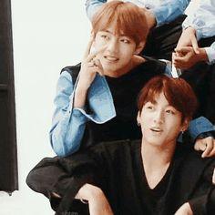 Tae tae tocando los hombros de kook