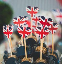 Festa com o tema Londres, que também pode ser aproveitada para um aniversário para uma pessoa que ame viajar. As banderinhas de UK em cima dos brigadeiros ficaram uma graça. Festa de 1 ano | Vestida de Mãe | Blog sobre Gravidez, Maternidade e Bebês por Fernanda Floret
