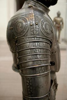 https://flic.kr/p/7vxG3K | Infantry armour - right pauldron | Italy, 1571.