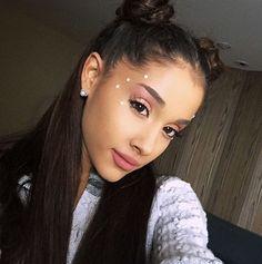 Cabelo e make da cantora Ariana Grande.