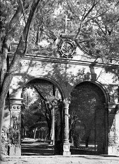 La arcada real del Jardín Centenario, en el cruce de Francisco Sosa, Centenario y Tres Cruces, en una fotografía captada por Bob Schalkwijk en 1965. Esta estructura fue la entrada al antiguo atrio del templo de San Juan Bautista, en Coyoacán.