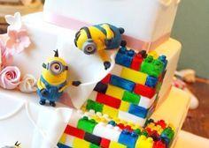 ミニオンに見守られてケーキカットを…♡ミニオンの【ウェディングケーキ】が賑やかで可愛すぎると話題*