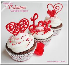 Delicious Valentine Cupcake Toppers via @Sandandsisal #DIY Baggies + candymelts + tracing + 10 minutes = EASY