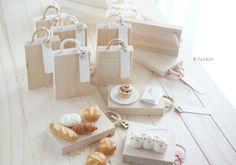 取っ手が紐のカッティングボードを作りました . ここにパンたちを飾っていきます✨ . . .  #fakefood #sweet #ハンドメイド雑貨 #handmade #手作り #スイーツデコ #パン雑貨 #カッティングボード #ミニチュアパン #パン #animals #bread #ウッド #wood #miniatures