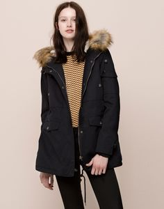 COTTON PARKA WITH FUR HOOD AND SEVERAL POCKETS - COATS AND PARKAS - WOMAN - PULL&BEAR Romania