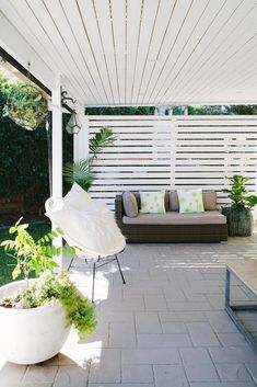 A hardwood outdoor screen matches the slatted ceiling over the outdoor area at this modern home in Brisbane Photography Josette Van Zutphen Story homes Outdoor Screens, Outdoor Blinds, Patio Deck Designs, Patio Design, Patio Ideas, Porch Ideas, Pergola Ideas, Garden Ideas, Pergola Kits