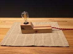 山口県産杉材を使用したフロアランプです。お部屋や廊下、机などに置いてもらえば木材の香りもあっていい雰囲気をお作りします。木の感触と香りを活かすため、arbor植物オイルという自然塗料を塗って仕上げています。原料が自然素材で経年変化を楽しめます。台座はスマートなスタイルを目指して製作しました。灯りはオレンジ色でゆったりとした空間作りにお使い下さい。〜仕様〜高さ:13.5センチ(電球含む)幅:4.5センチ長さ:18センチ電球は発熱と電気代を抑えるため、エジソンバルブ型LED電球を使用しています。電気代は普通の電球のわずか10パーセントです。購入して頂いた方には電球が切れたときのために電球の購入先をお知らせいたします。ただ、寿命は30000時間とあるのでなかなか切れることはないと思いますが。。よろしくお願いします。電球LED:3w電源:家庭用コンセント