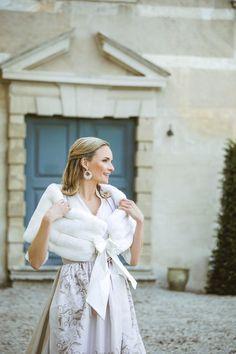 """BRAUTDIRDNL ,,Marie"""" Weiß  Dieses Brautdirndl verzaubert mit einem weißen Leinenoberteil veredelt mit einer Glitzerkordel. Spektakulär, weichfließend und leicht - der Baumwollrock mit Blumendruck und Glitzerkordel am Rocksaum. Die traumhafte Taftseidenschürze, veredelt mit einem aufwendigen Handdruck mit Blumen-Motiv gestaltet das Dirndl zu einem einzigartigen Juwel. Foto by: Victoria Stütz Photography Gold Bullion, Trends, Victoria, Couture, Must Haves, Wrap Dress, White Dress, My Style, Dresses"""