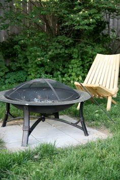 These fire pit ideas and designs will transform your backyard. Check out this list propane fire pit, gas fire pit, fire pit table and lowes fire pit of ways to update your outdoor fire pit ! Find 30 inspiring diy fire pit design ideas in this article. Garden Fire Pit, Diy Fire Pit, Fire Pit Backyard, Backyard Seating, Fire Pit Wall, Fire Pit Area, Fire Pit On Grass, Outdoor Fire, Outdoor Living
