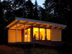 Chalet EXP, a modern 320 sq ft studio cabin for vacation rentals in a Quebec provincial park. Camping Rustique, Glamping, Parcs Canada, Cat House Plans, Studio Floor Plans, Cool Roof, Dog Houses, Tiny Houses, Outdoor Sheds