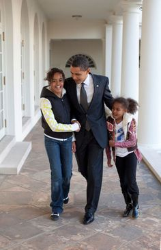 President Barack Obama walks down the Colonnade at the White House with his arms around his daughters, Malia and Sasha, March Malia Obama, Barack Obama Family, Obamas Family, Black Presidents, Greatest Presidents, American Presidents, American History, Presidents Usa, Michelle Obama