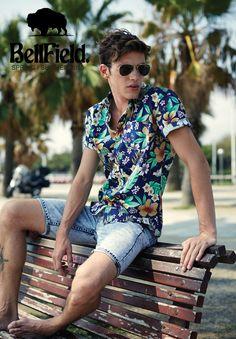 Tendência Summer boy, verão 2016 - Campanha da BellField: camisa estampada com motivos tropicais, bermuda jeans afunilada e acima do joelho.