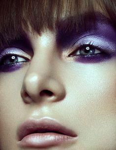 Plusieurs types de couleurs d'ombres à paupières mauves associés à un peu de couleur nude brillante.