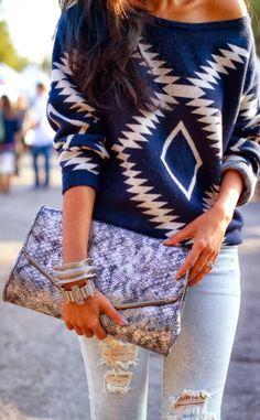 Attractive blue aztec oversized sweater with boyfriend jeans and clutch Look Fashion, Street Fashion, Womens Fashion, Runway Fashion, Fall Fashion, Fashion Models, Net Fashion, Fashion Trends, Mode Outfits