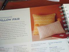"Telaradas: Tutorial para tejer ""nido de abeja"" Weaving Art, Lana, Poli, Scarf Knots, Yarns, How To Knit, Bees, Pom Poms, Projects"
