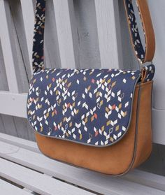 Tuto: Handbag with shoulder strap in faux leather and fabric / Faux leather and fabric handbag - Coin Couture, Couture Sewing, Diy Bags Purses, Diy Purse, Fabric Handbags, Fabric Bags, Sacs Tote Bags, Leather, Dark Blue