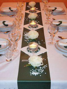 Stoff in braun über weißer Tischdecke
