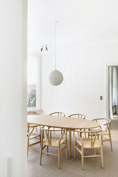 House O is a minimalist renovation located in Brasschaat, Belgium designed by Hans Verstuyft Architecten Minimalist Dining Room, Minimalist Apartment, Minimalist Living, Dining Room Table Decor, Room Decor, Home Decor Inspiration, Decoration, Decorating Your Home, Interior Design
