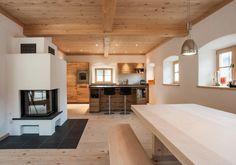 Moderne Bauernstube mit Altholz und Kaminofen