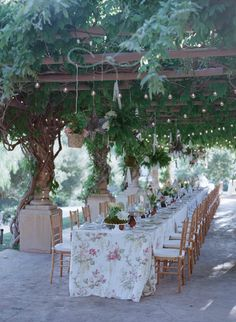 This alfresco rehearsal dinner makes us feel like we're looking through a peephole into a secret garden! #rehearsaldinner Photography: Elizabeth Messina. Read More: https://www.insideweddings.com/weddings/an-intimate-garden-themed-rehearsal-dinner-in-ojai-california/553/