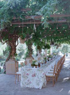 This alfresco rehearsal dinner makes us feel like we're looking through a peephole into a secret garden! #rehearsaldinner Photography: Elizabeth Messina. Read More: https://www.insideweddings.com/weddings/an-intimate-garden-themed-rehearsal-dinner-in-ojai-california/553/