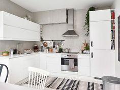 Home tour: un appartement Suédois plein de caractère au charme féminin. Cuisine noire et blanche.