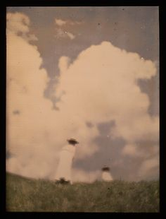Miss Mary and Lotte(?) at the Hill Crest] Heinrich Kühn, 1910. (autochrome)