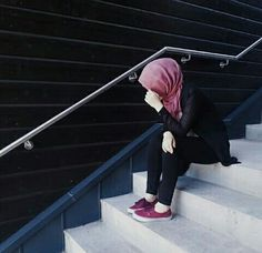 """""""My daughter is against hijab as she will be the only one in her school and fears getting teased. What can I do to get her to want to wear it?"""" If you're a mom, this post is for you! Some great advice to help you work with your daughters. Hijab Niqab, Hijab Chic, Mode Hijab, Hijab Outfit, Hajib Fashion, Muslim Fashion, Fashion Muslimah, Abaya Fashion, Woman Fashion"""