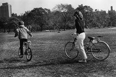 Fotos antiguas de bicicletas: Jaqueline KennedyJaqueline Kennedy pasea con su hijo John John por